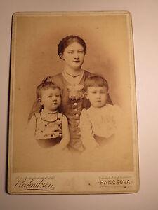 Pancsova-junge-Frau-mit-Zopf-amp-2-kleine-Kinder-Maedchen-KAB-Serbien