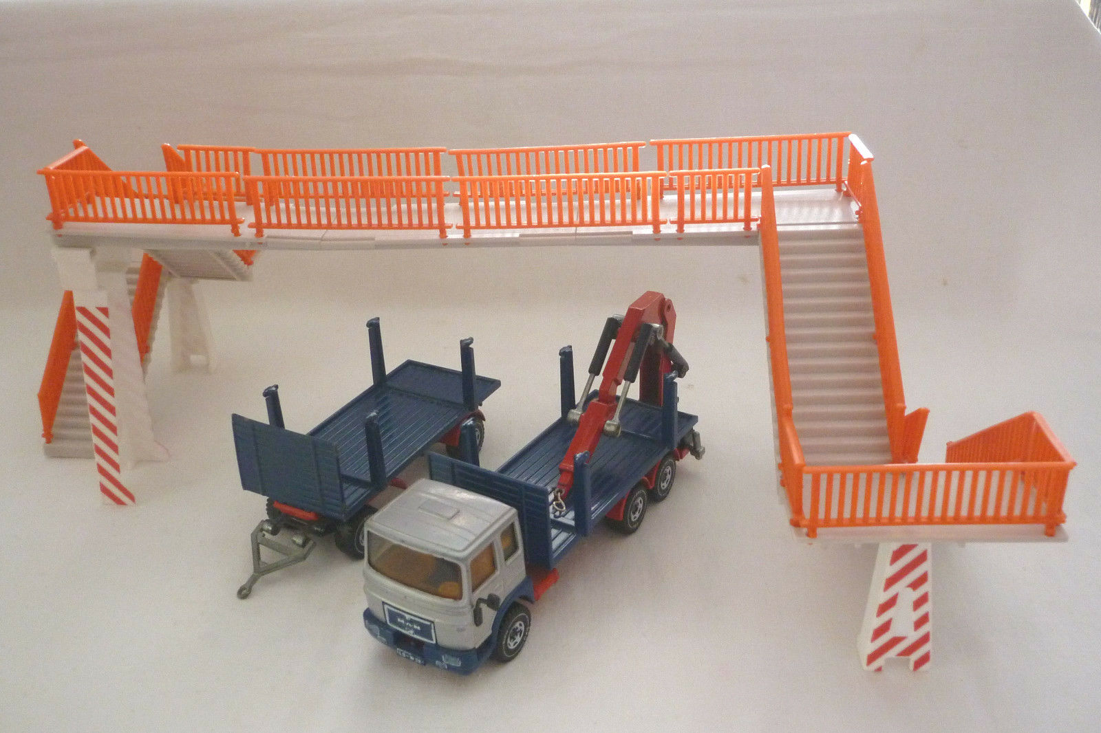 Siku   Model - Lkw-Zug with Pedestrian Bridge - Man 8156 F - 3810 - (9.si-32)