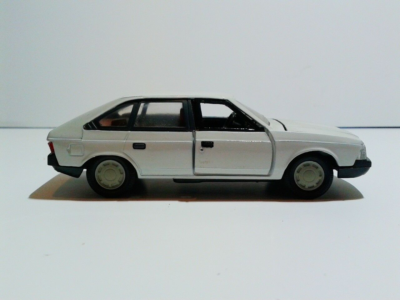 Tantal NOVOEXPORT CCCP USSR Moskvich 2141 2141 2141 white color 1 43 9cfd84