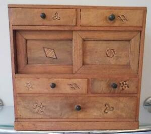 BEAUTIFUL-ANTIQUE-JAPANESE-APPRENTICE-MINIATURE-CHEST-OF-DRAWERS-INLAID-DETAIL
