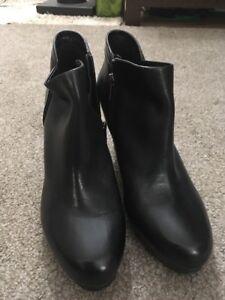 Women-s-Clarks-Artisan-Black-Zip-Leather-3-5-Heel-Booties-Size-10M