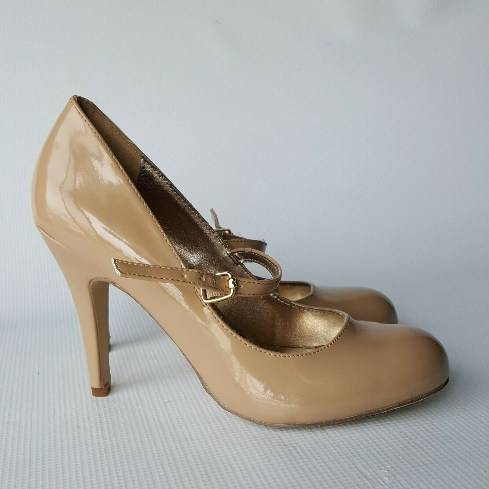 Bestsyville by Betsey Johnson Beige Patent Leather Mary Jane Pump Heels Size 8M