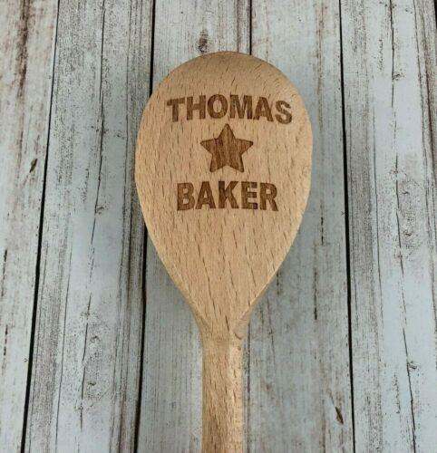 Personnalisé Gravé Nom Star Baker Cuillère en bois de cuisson Helper-Cadeau d/'anniversaire