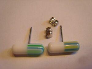 Ohrring-Form-einer-Kapsel-Tablette-weiss-gruen-blau-ca-1-5-cm-aus-Kunststoff-4210