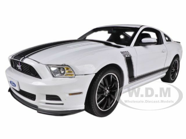 2013 FORD MUSTANG BOSS 302 bianca 1 18 modello auto SHELBY COLLECTIBLES SC452