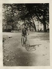 PHOTO ANCIENNE - VINTAGE SNAPSHOT - VÉLO BICYCLETTE ENFANT OMBRE - BIKE CHILD