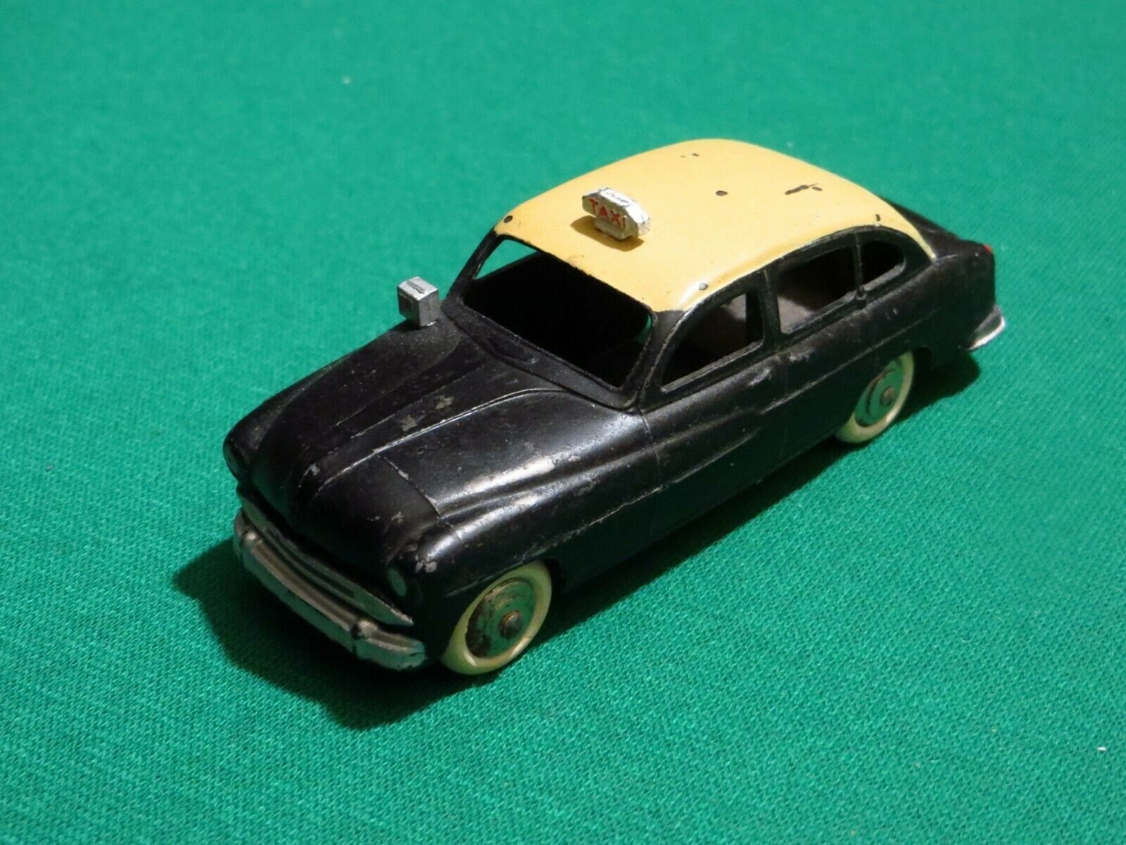 FORD VEDETTE TAXI DINKY TOYS
