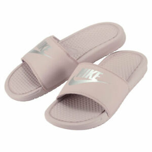 Détails sur Nike Femme Benassi Jdi curseurs Enfiler diapositives Sandales  Particule Rose Argent- afficher le titre d'origine
