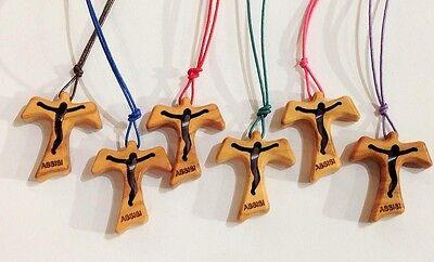 scritta Assisi incisa e cordoncino colorato Tau in ulivo con Cristo traforato