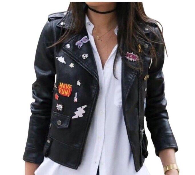Nuevo con etiquetas Chaqueta Moto Zara recortada de imitación  de cuero con placas Novedad Negro Pequeño  diseño único