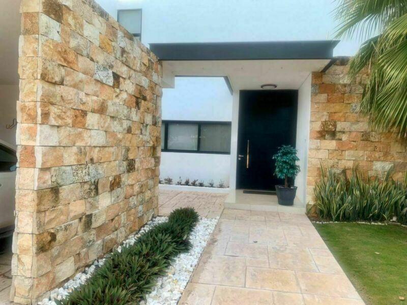 RENTA casa 4 recámaras con piscina en zona Residencial Norte.