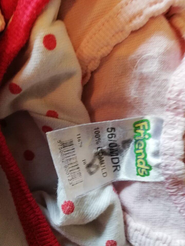 Blandet babytøj i forskellige størrelser