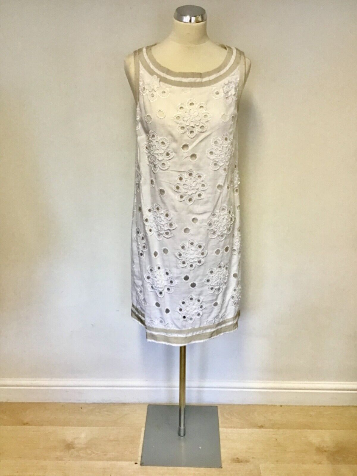 K DERBY WHITE & BEIGE TRIM EMBROIDERED & BEADED FLORAL DETAIL LINEN DRESS SIZE L