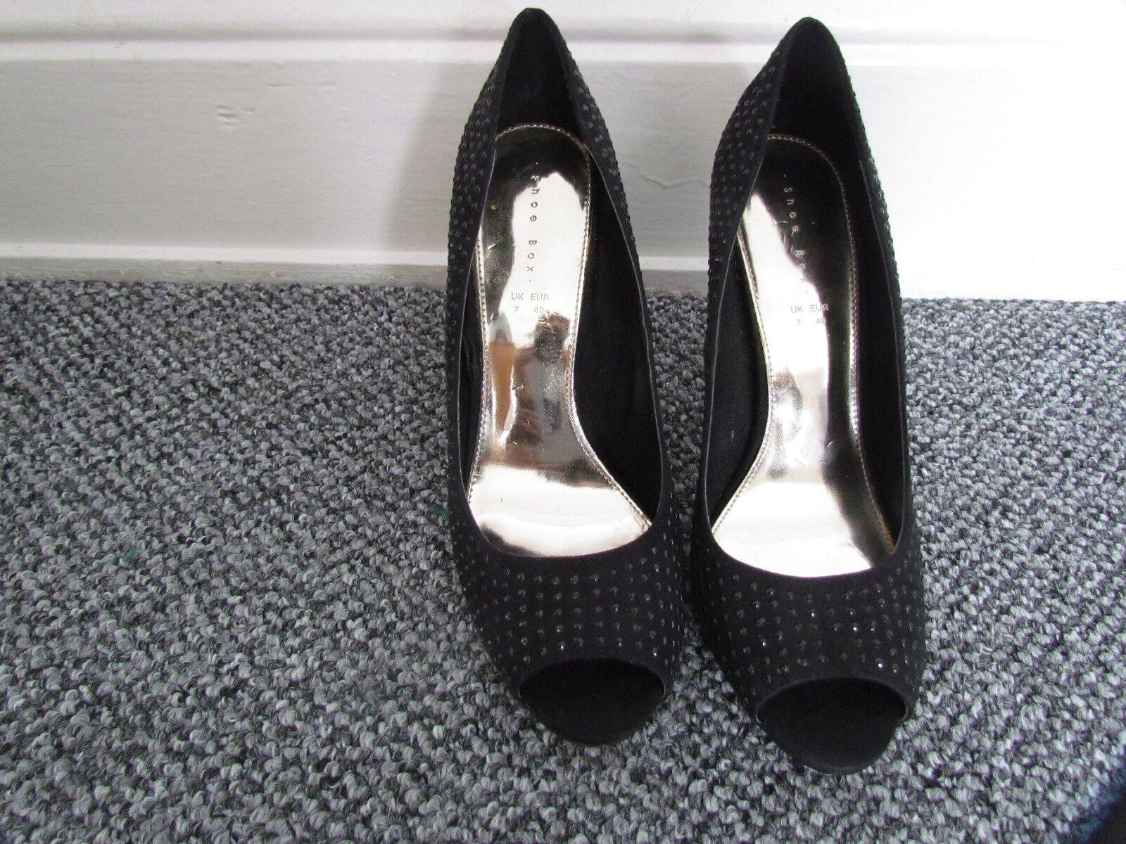 Moda jest prosta i niedroga Black High Heeled Court Shoes Size  7/40 by Shoebox