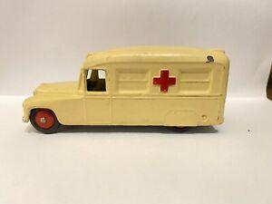 Dinky Toys Daimler ambulancia realizado en Inglaterra por Meccano Ltd en Crema (224)