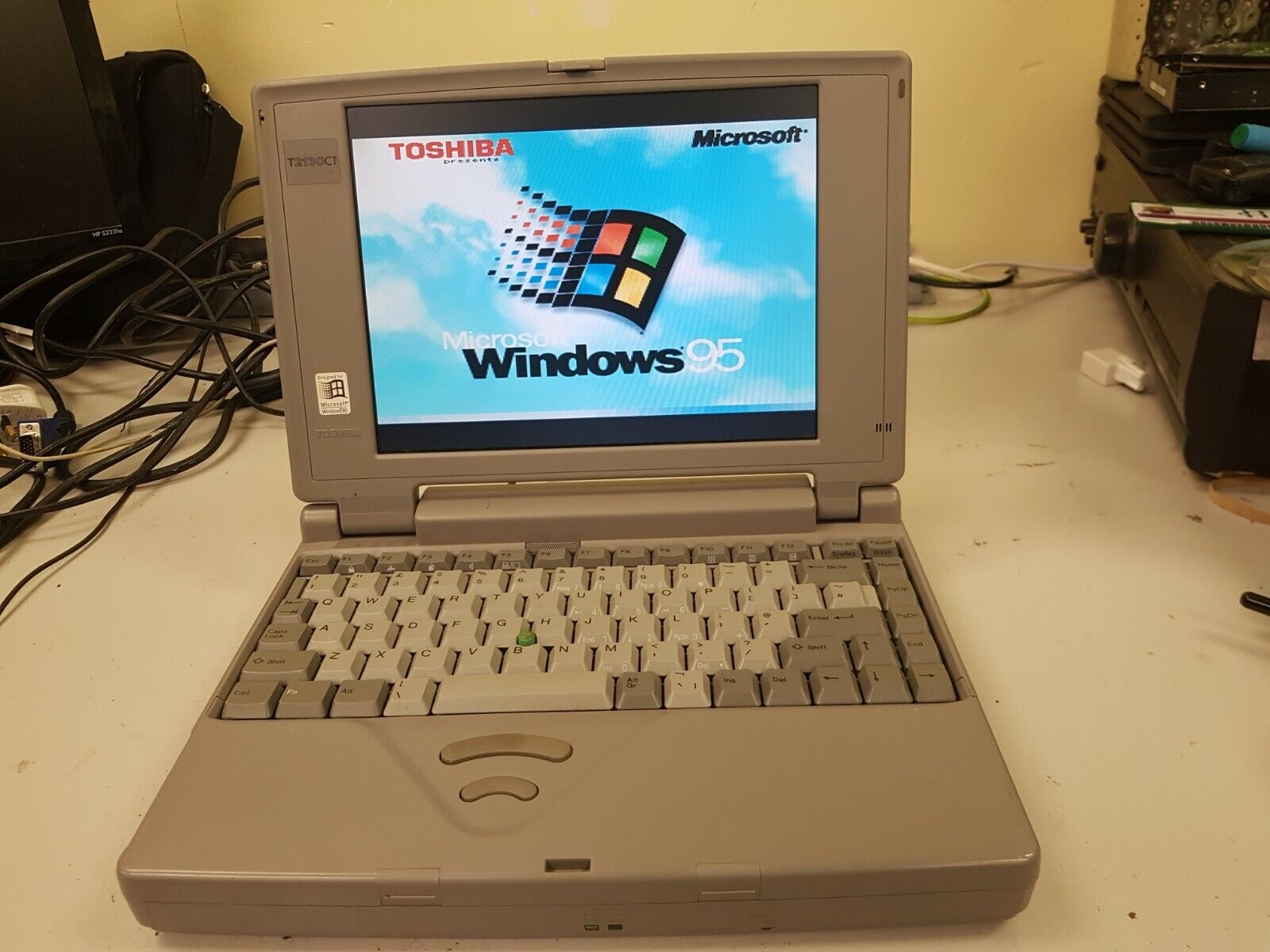 Image 1 - Toshiba T2130CT /520 Vintage Laptop -- Working