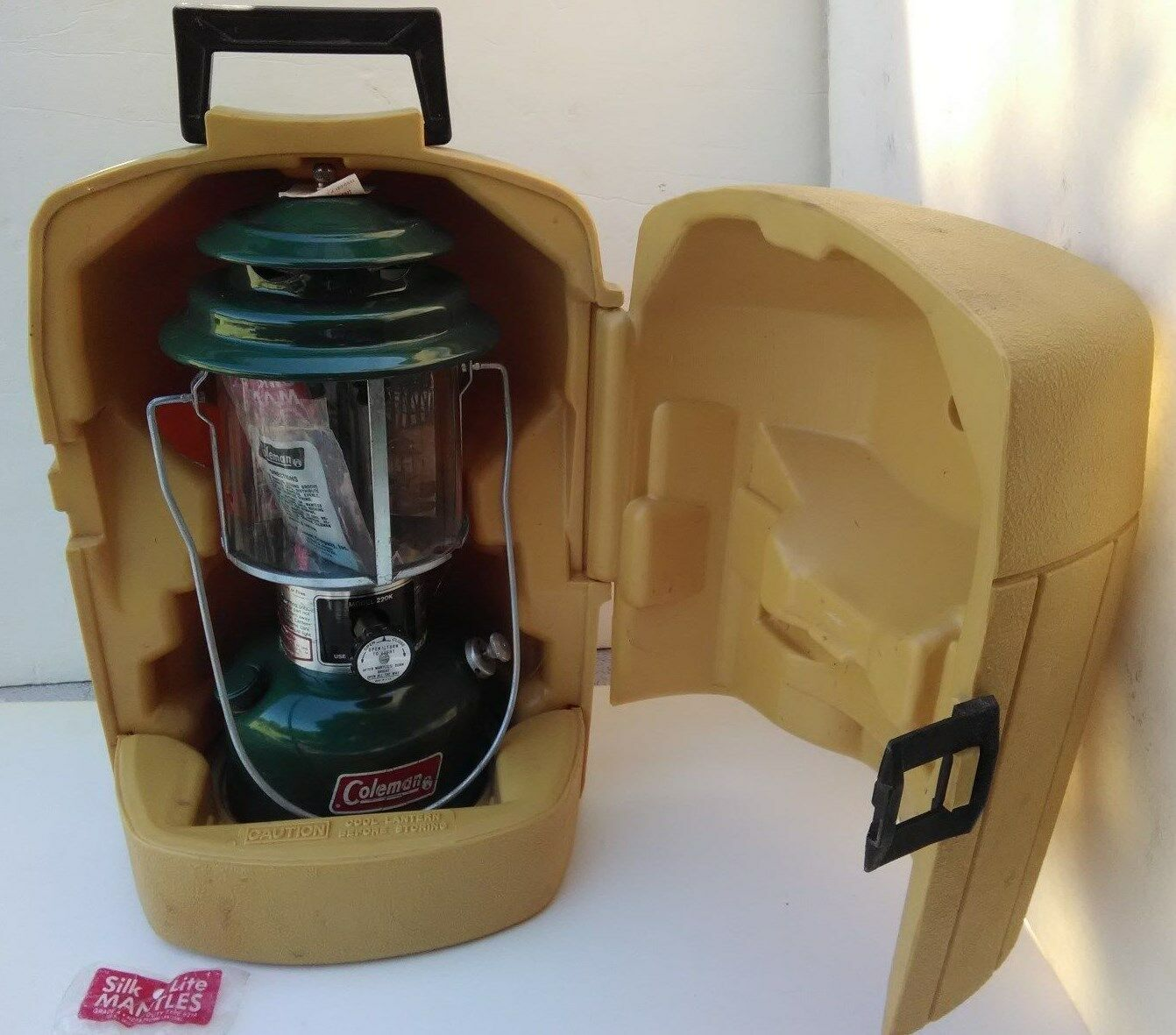 Coleman  Double Mantle Lantern Green 220K Nov. 1981 Yellow Clamshell Case NOS  store sale outlet