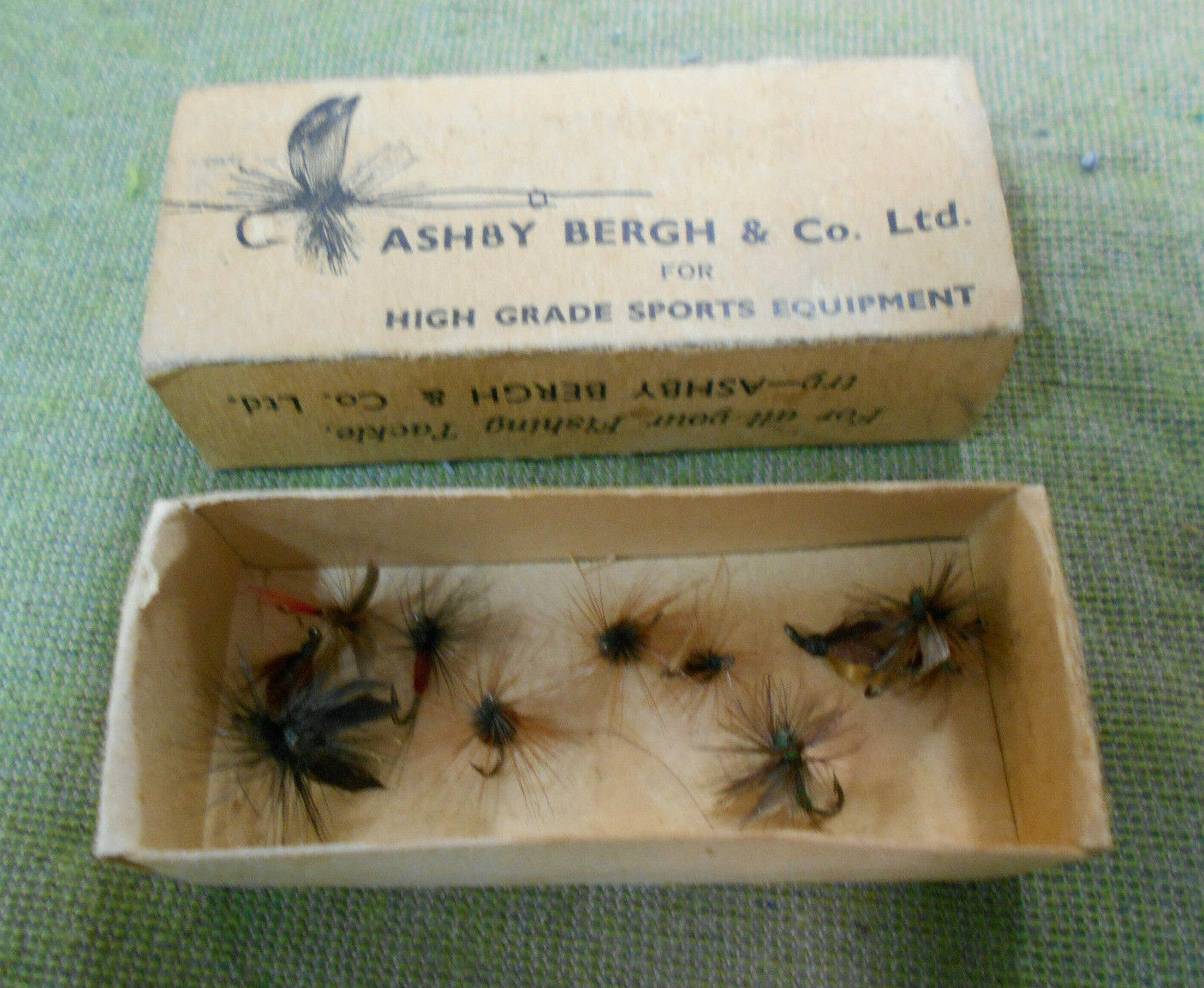 D462.   OLD ASHBY BERGH FISHING BOX  WITH  TEN10 DRY FLIES