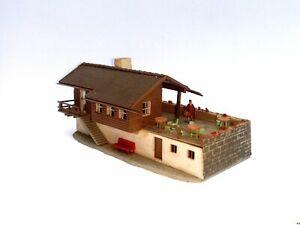Berggasthof-mit-Terrasse-und-Figur-Spur-N-C722