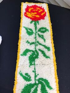 VINTAGE WHITE & YELLOW WITH RED & YELLOW ROSE LATCH HOOK RUG