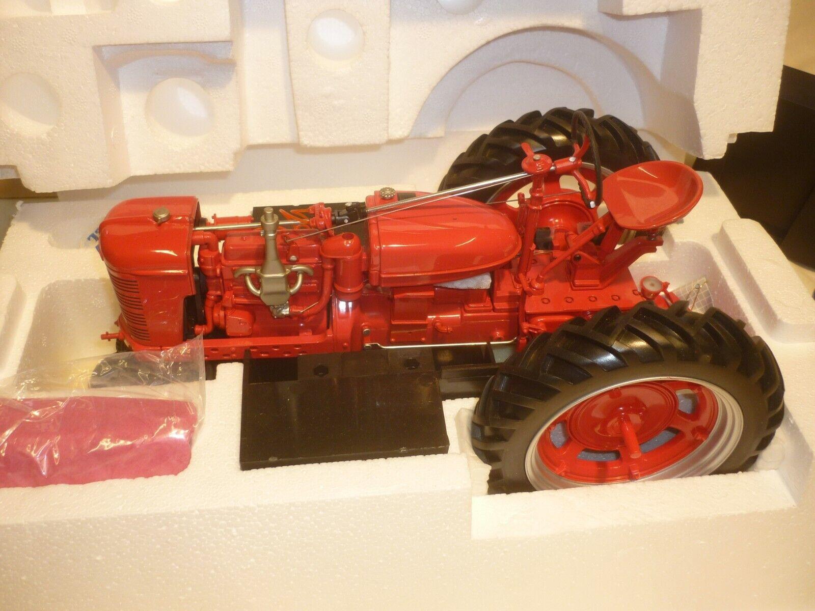 Un franklin Comme neuf d'un modèle à l'échelle d'un International Farmall Model H, tracteur