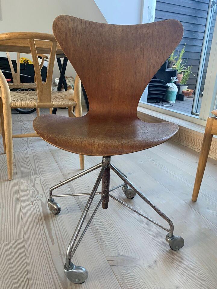 Arne Jacobsen, 7 stol kontor 3117, Stol