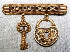 VINTAGE RETRO BRASS FILIGREE TUBE BAR WITH FIGURAL KEY & LOCK DANGLE PIN BROOCH