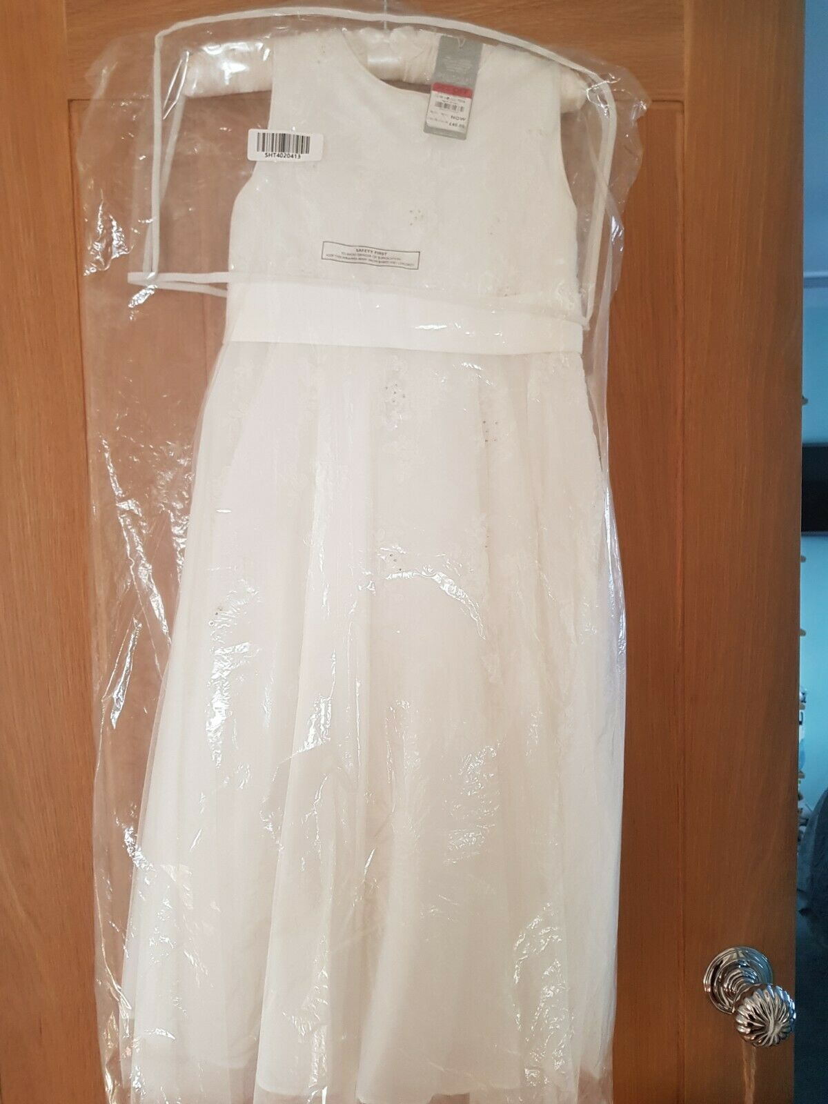 Bridesmaid /flower girl dress age 6 years beautifully embroidered