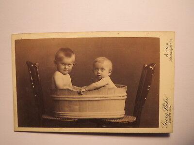 Jena - 2 kleine Kinder - Jungen ? sitzen im Zuber - Stühle - Baden / CDV