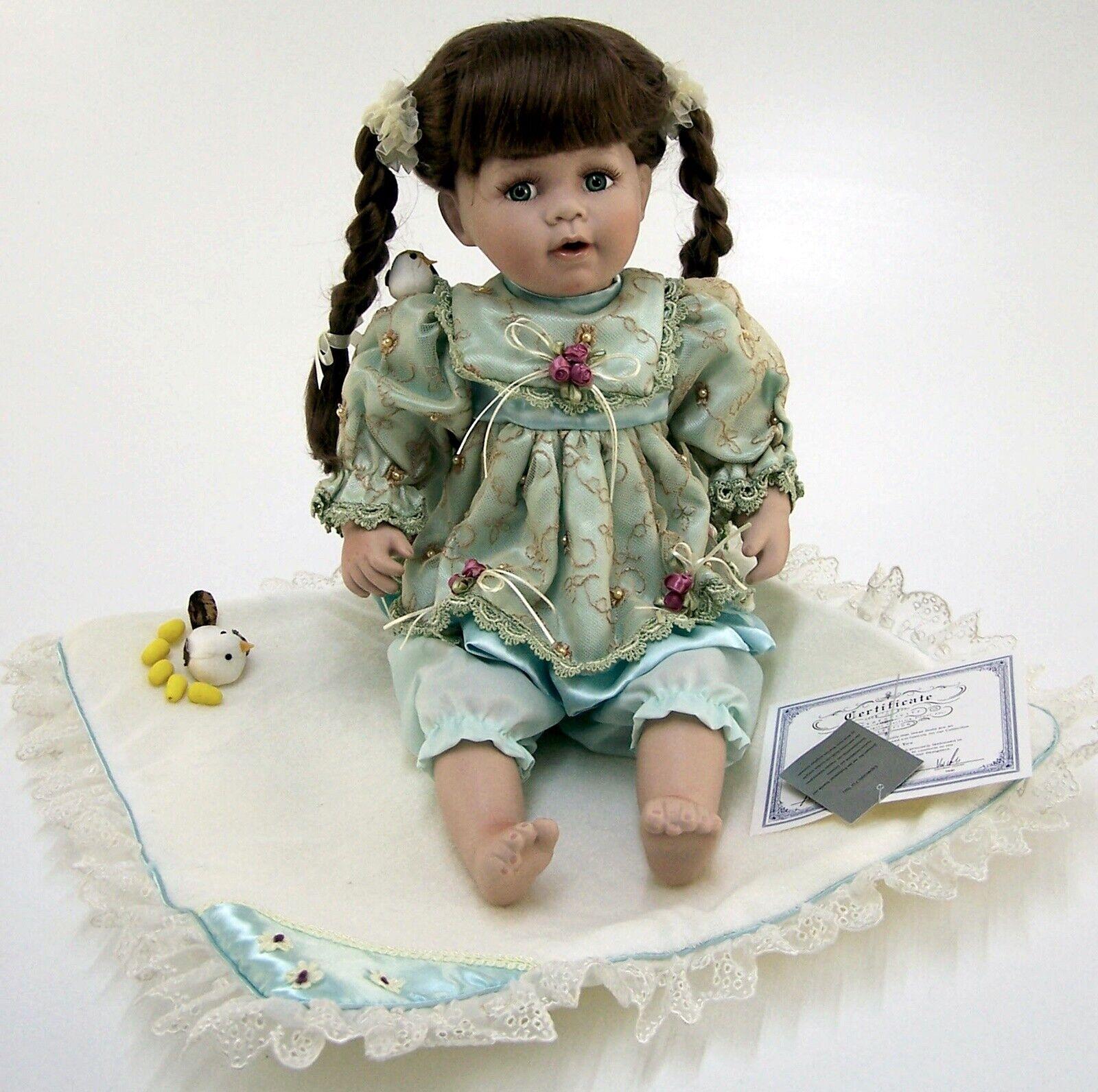 BAMBOLA da collezione con PORCELLANA testa Ragazza con coperta seduti Altezza ca. 30 cm