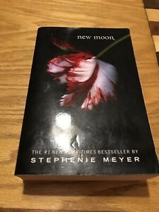 New-Moon-By-Stephenie-Meyer-First-Paperback-Edition