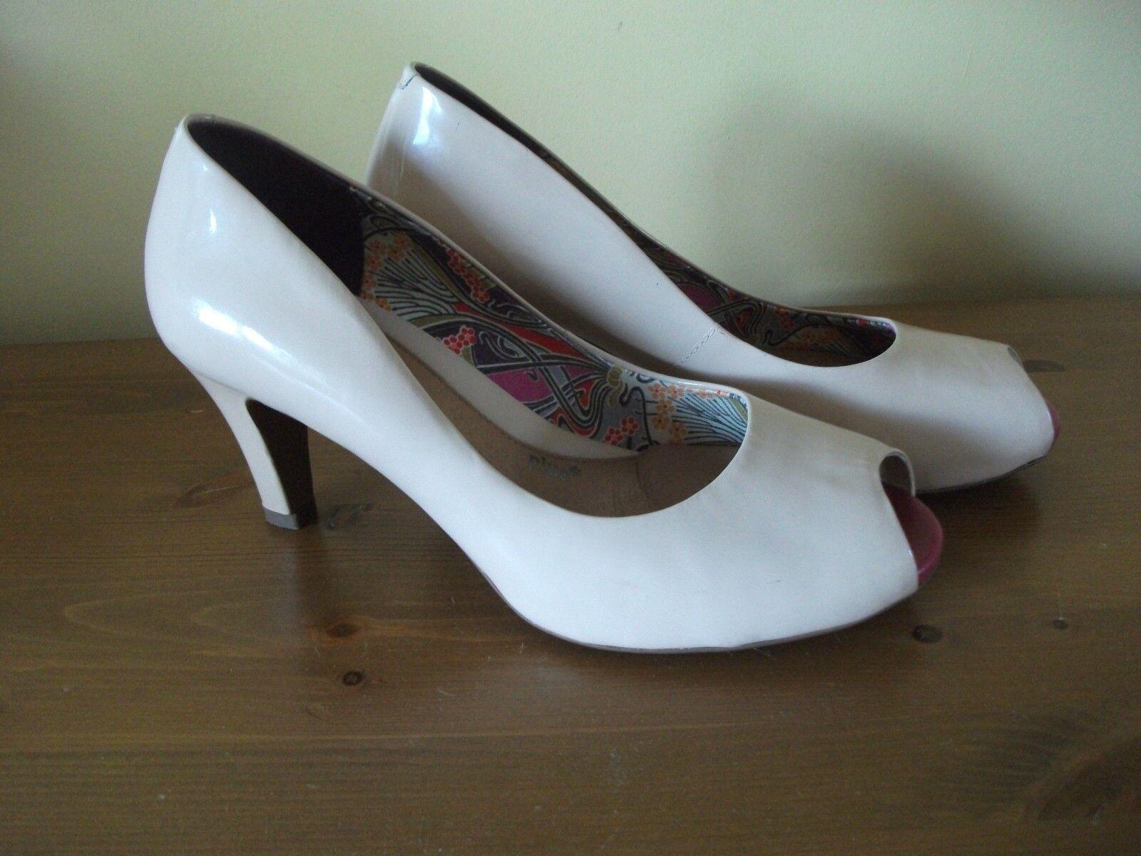 CLARKS Beige PATENT Heel Peep Toe SHOE Size UK 6 EUR 39 Worn Twice
