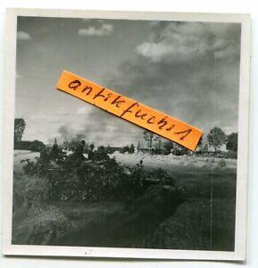 Foto: WH Schützen-Panzer beim Gefecht um ein Dorf an der Ostfront 1943 / 44