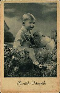 Frohe-Ostern-Glueckwunsch-AK-1942-Junge-mit-Osterkorb-streichels-Kueken-aus-Ei