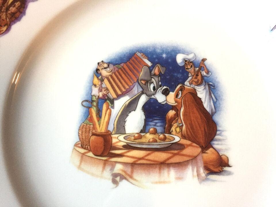 En samling Disney Firkløveren tallerkener