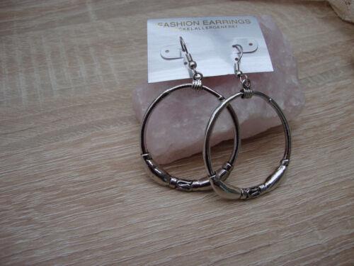 Schöne Ohrringe silberfarben mit runden und ovalen Anhängern neu zu verkaufen