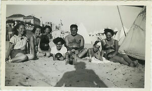 PHOTO-ANCIENNE-VINTAGE-SNAPSHOT-GROUPE-PLAGE-FAMILLE-OMBRE-PHOTOGRAPHE-DROLE