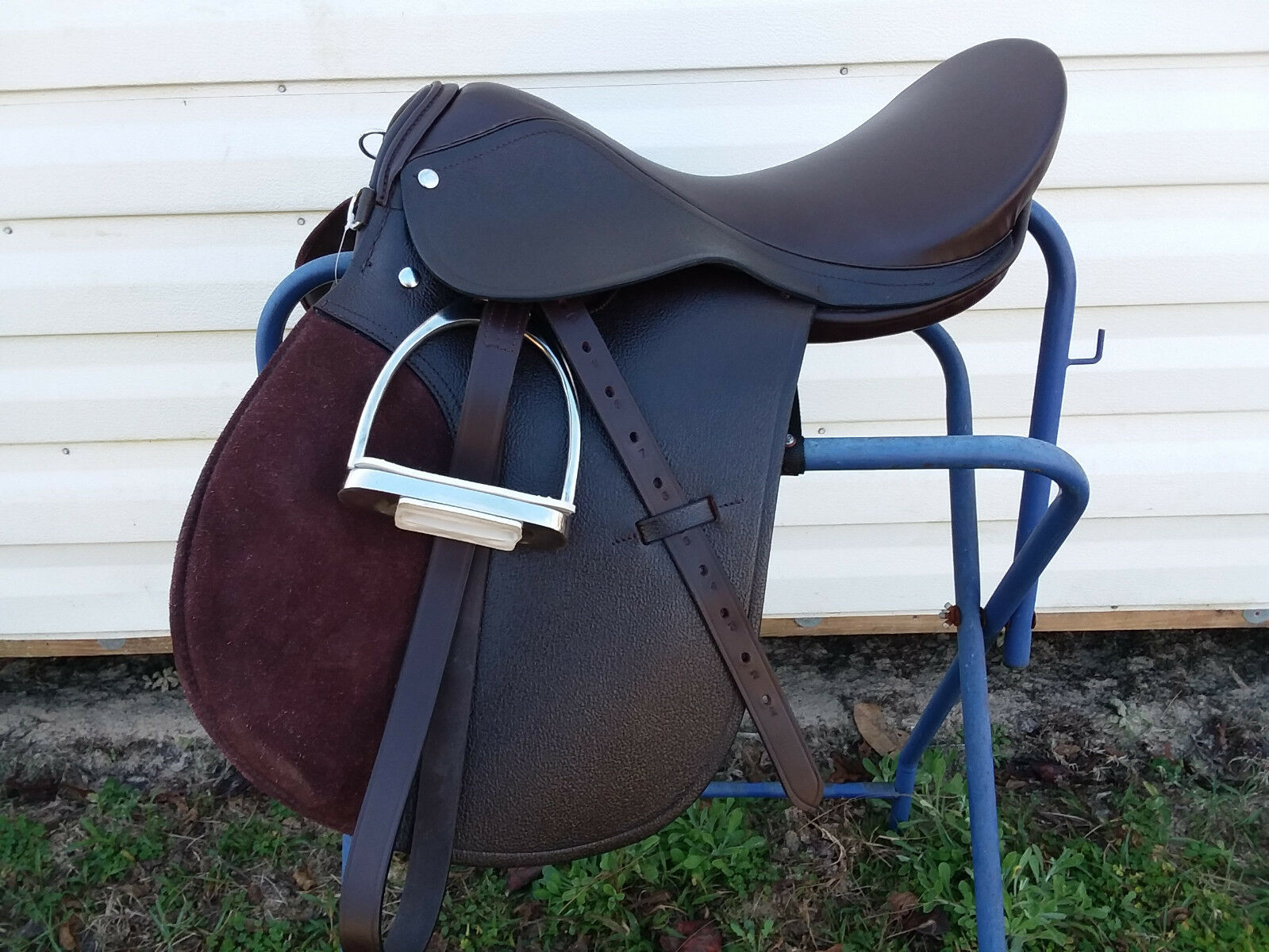 nuovo 17 Marronee Leather AP Jump inglese Saddle with Marronee Leathers & Irons
