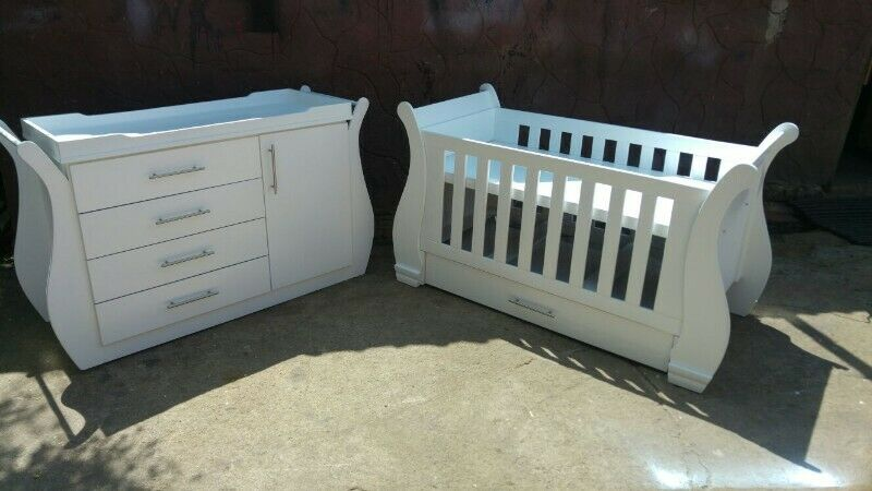 Sleigh Cot and Compactum Sur 01- R5499,00