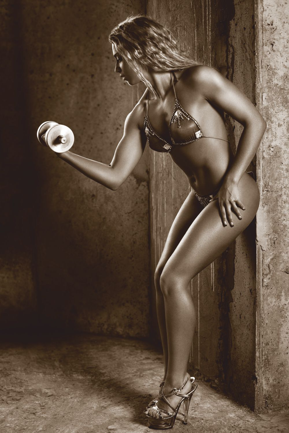 Poster Fototapete selbstklebend Fitness sexy Lady Curls sepia