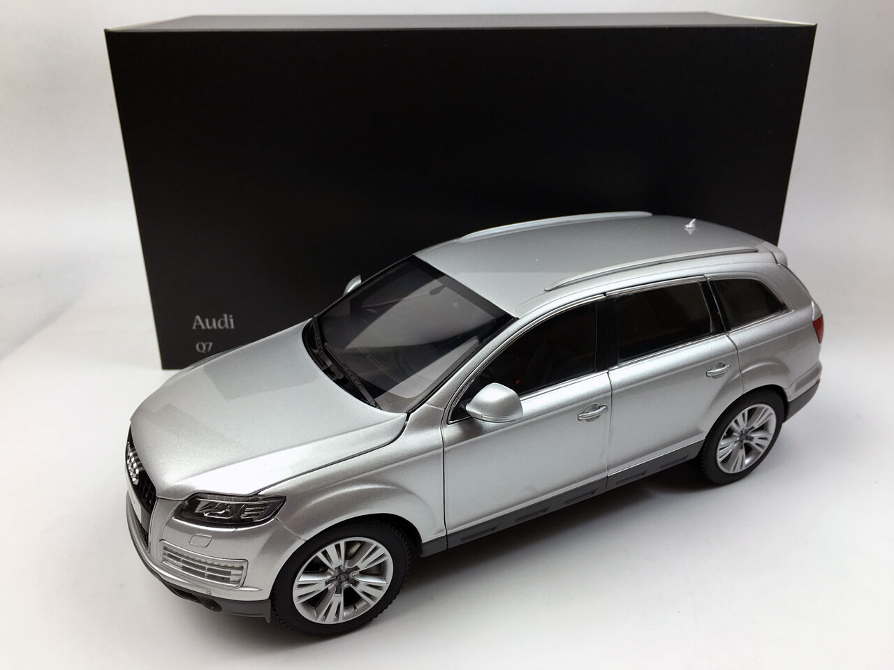Kyosho 1 18 AUDI Q7 2013 Hielo argento Metal Fundido Coche Modelo NO.09222IS
