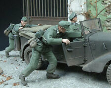1/35 Scale Wehrmacht soldiers x 2 pushing on a vehicle - WW2 German model kit