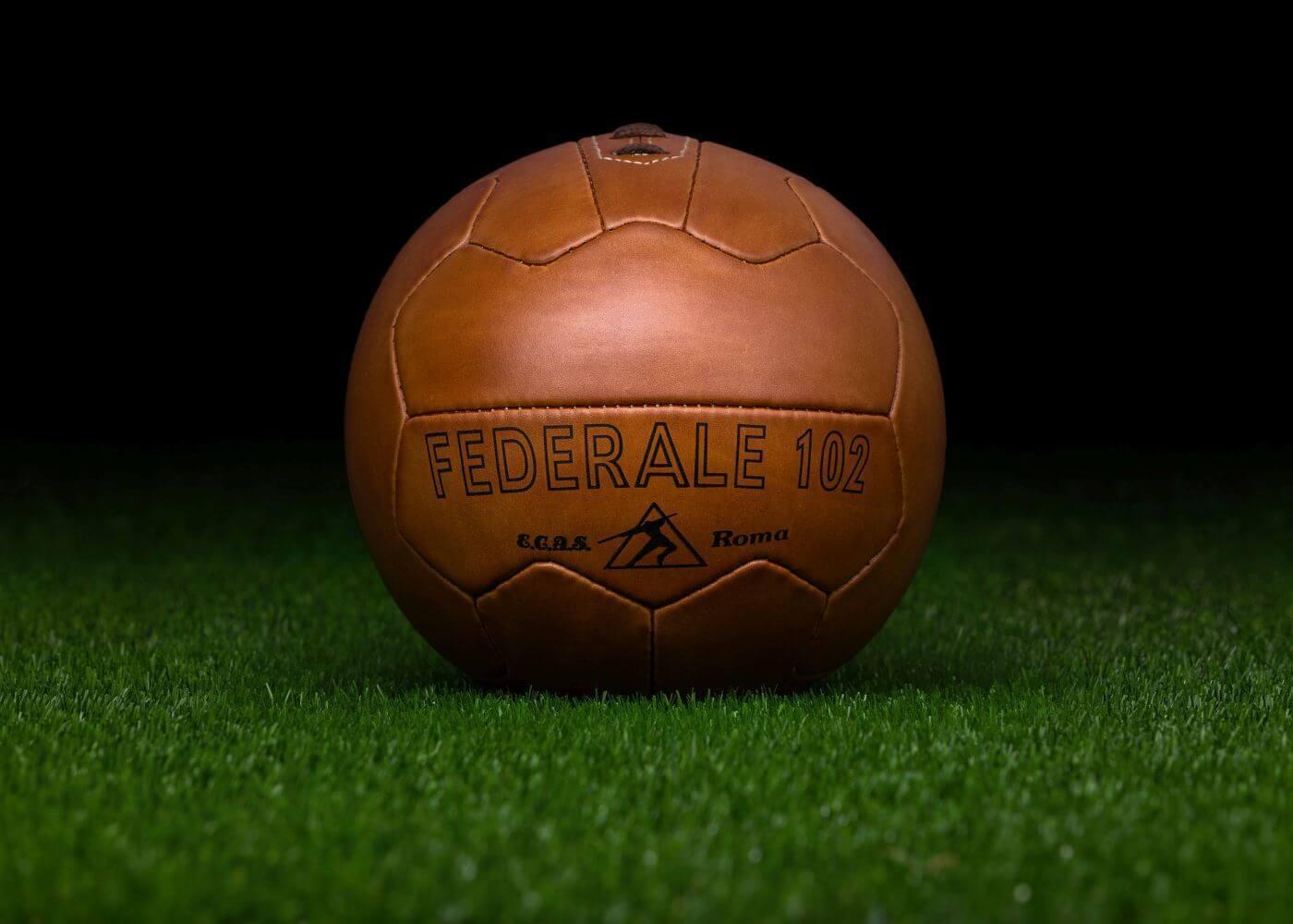 El balón oficial de la Copa del Mundo FIFA 1934 en Italia  Politécnica 102