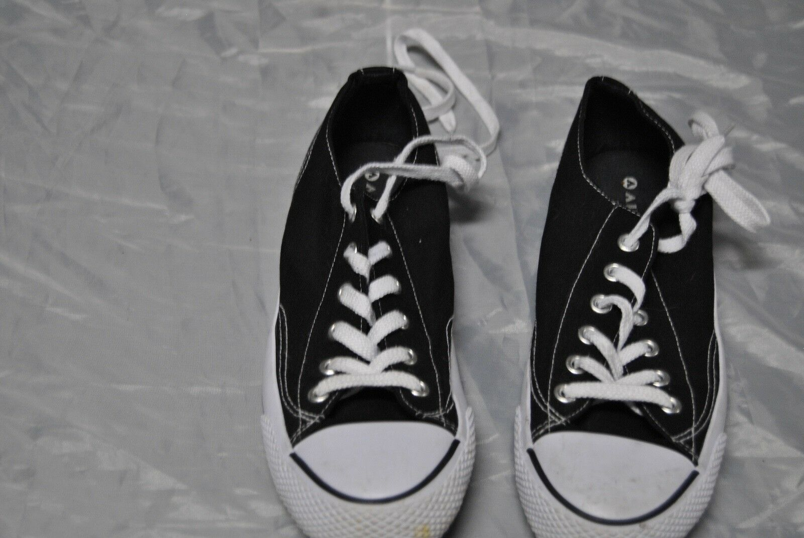 Men's Air Walk Tennis shoes Size 9 Black and White Lace up front