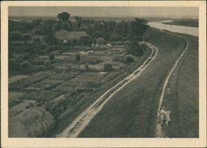 Ansichtskarte-Hooksiel-Wangerland-Luftbild-Deich-und-Haeuser-1930