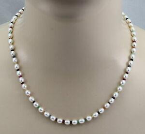 Suesswasser-Perlenkette-weisse-ovale-Perlen-mit-Rubin-Smaragd-amp-Saphir-49-5-cm