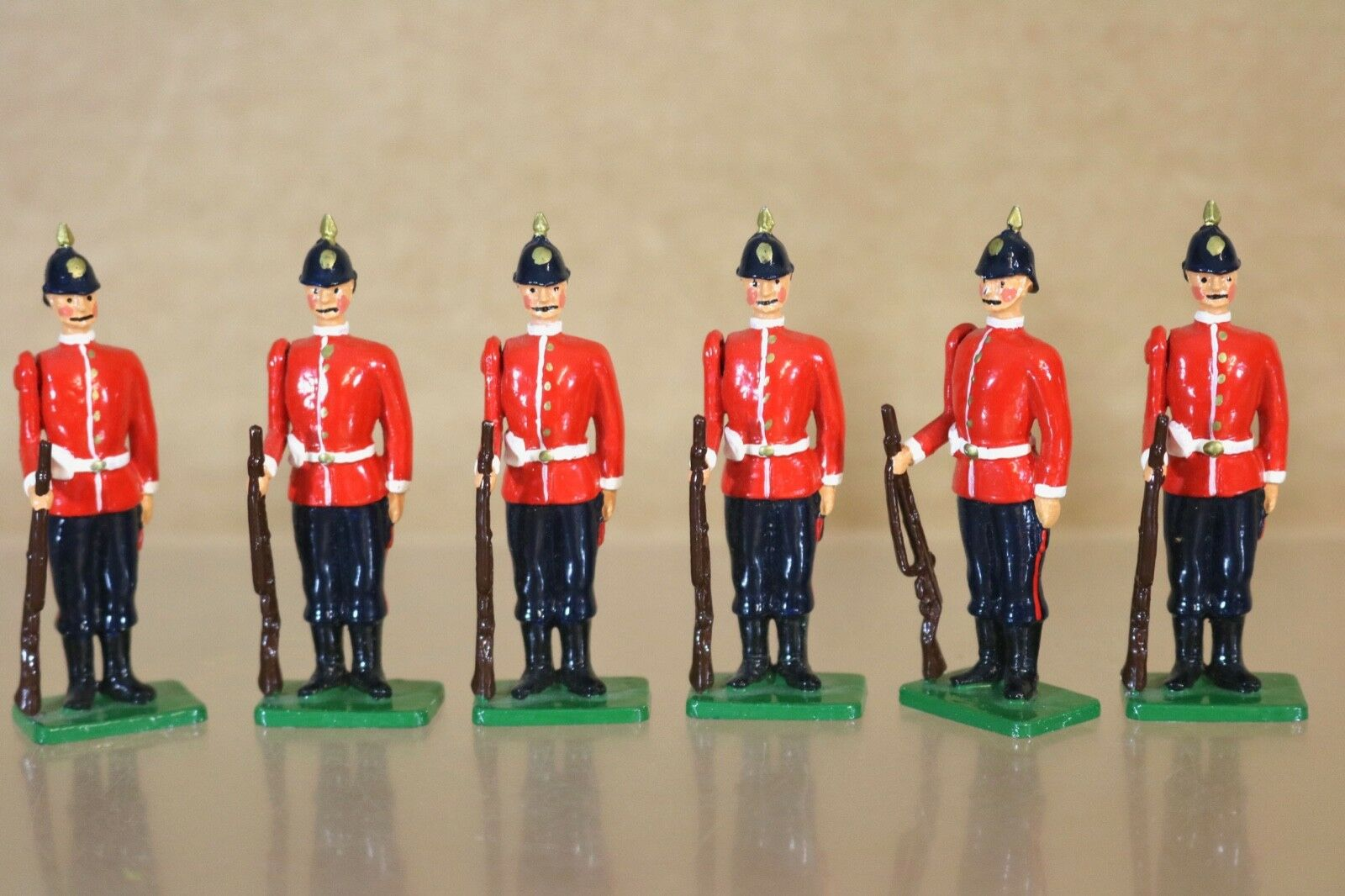 BRITAINS RE CAST VICTORIAN BRITISH INFANTRY FOOT SOLDIERS at ATTENTION 1 nq