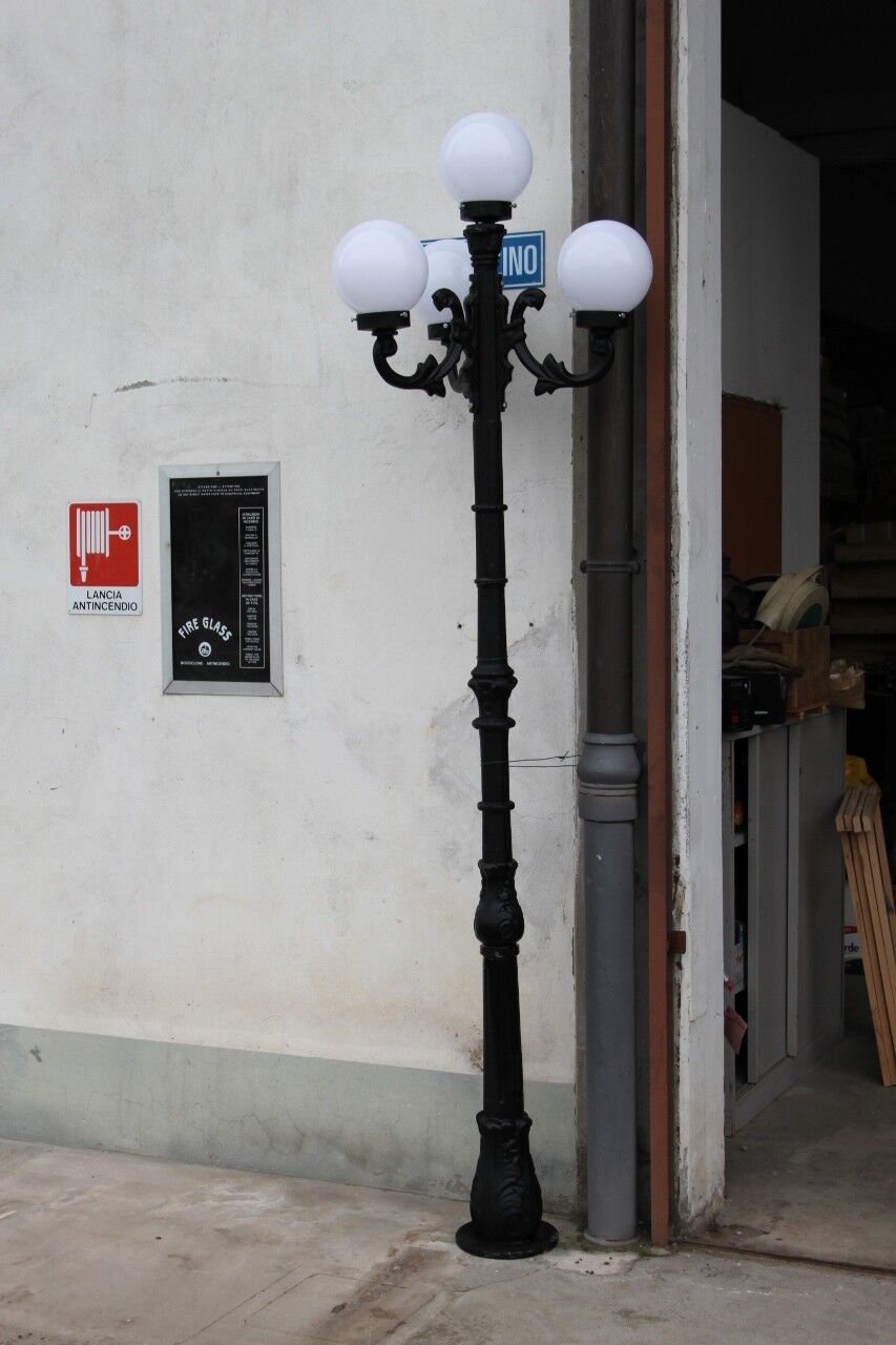 LAMPIONE IN GHISA ALTO 2,50 M. CON TRE BRACCI E QUATTRO GLOBI