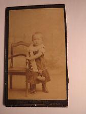Wesel - neben einem Kinderstuhl stehendes kleines Kind - Kulisse / CDV