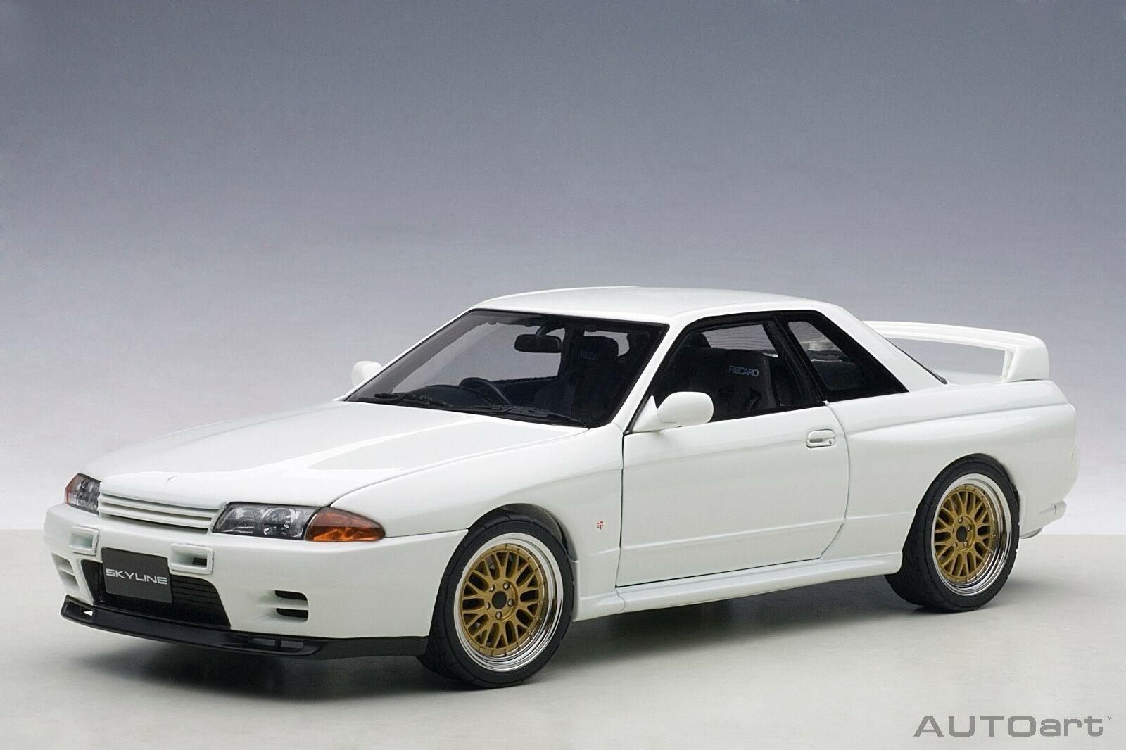 AUTOart 77416 NISSAN SKYLINE GT-R R32 V-Spec II road car white BBS 1 18th
